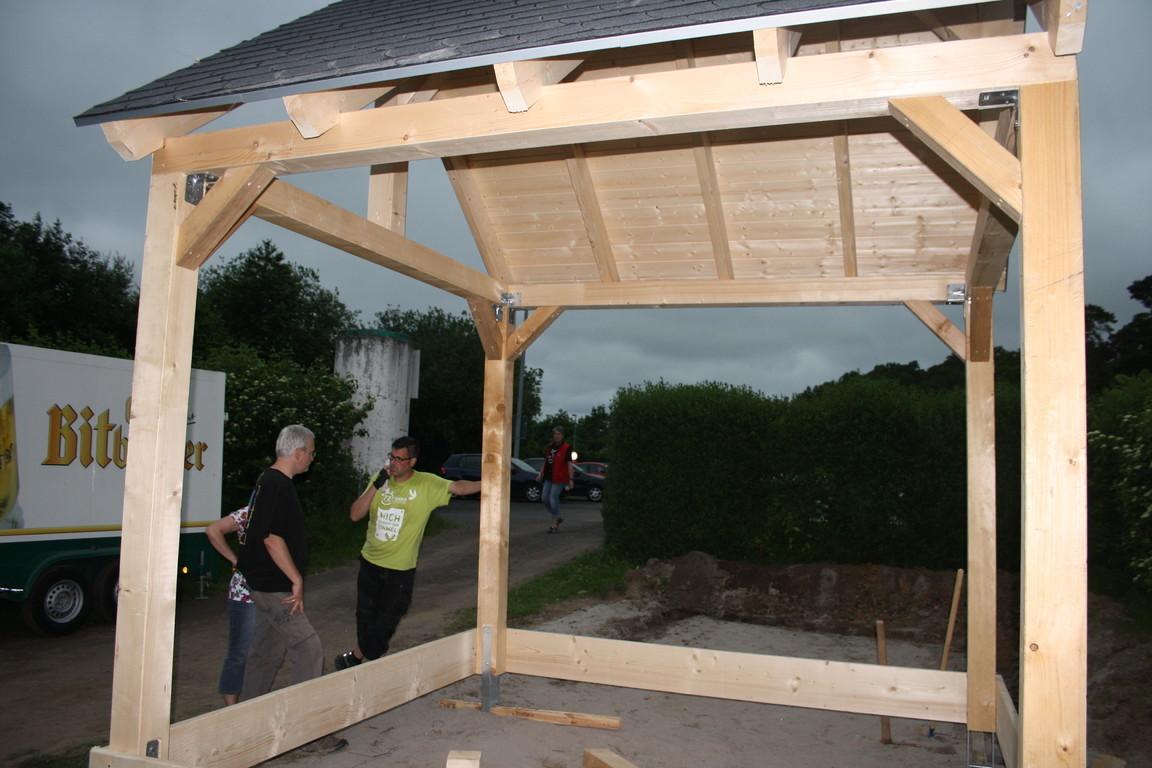 Maken van een houten veranda met dak van zonnepanelen werkspot